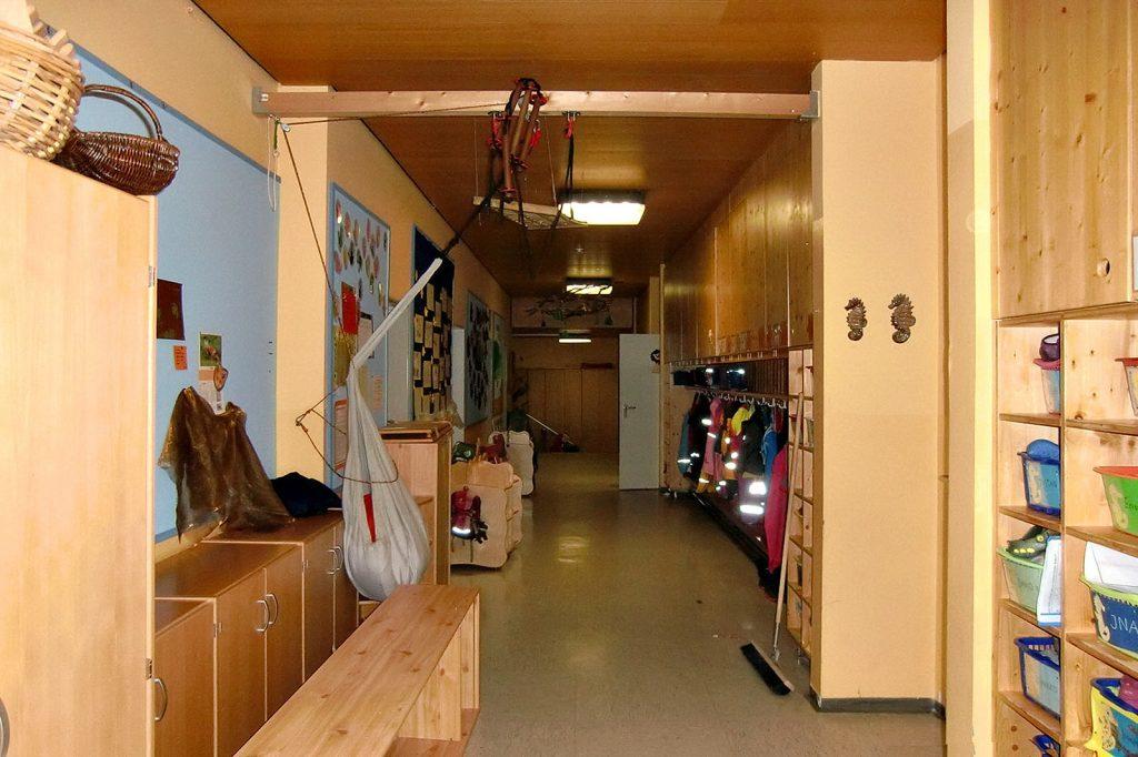 Flur im Kindergarten in FFB vor der Sanierung