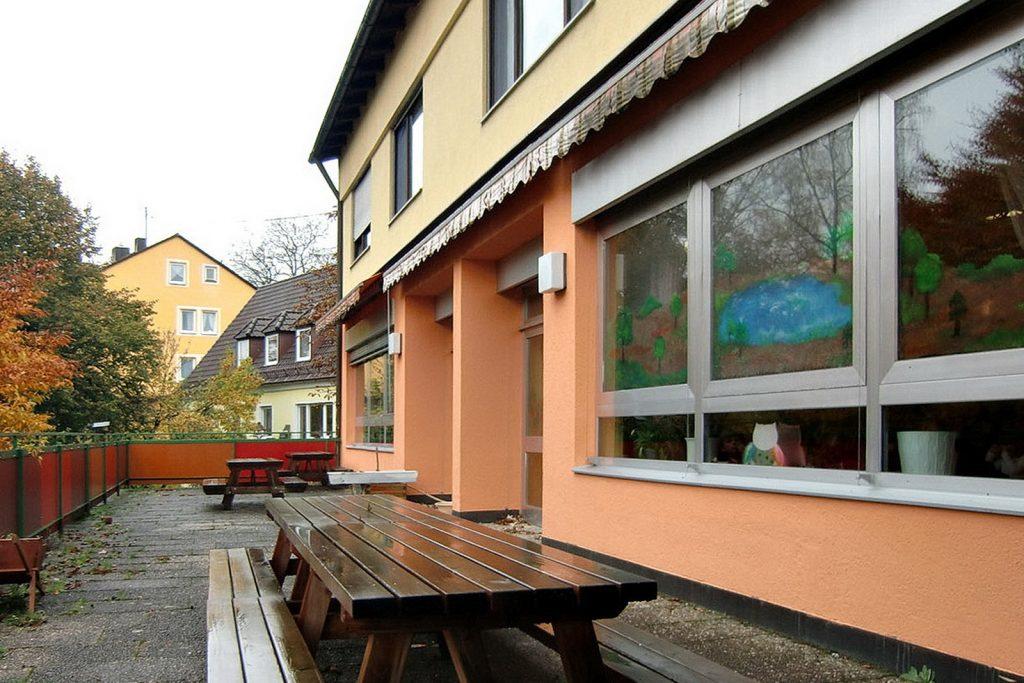 Terrasse vom Kindergarten Fruehlingsstrasse vor der Sanierung
