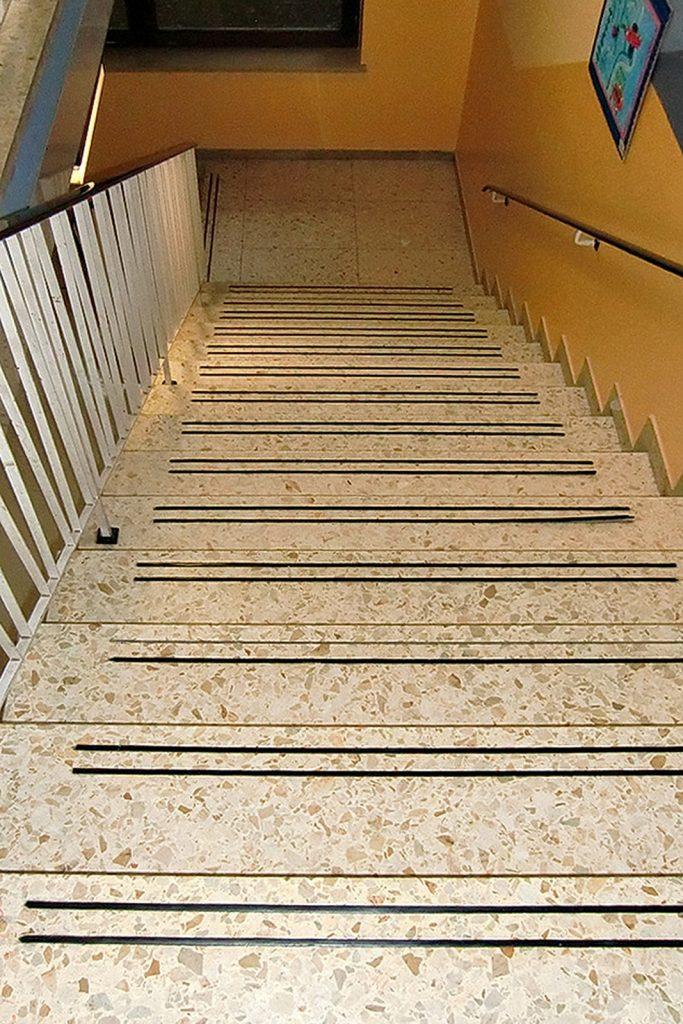 Treppenhaus im Kindergarten FFB vor der Sanierung