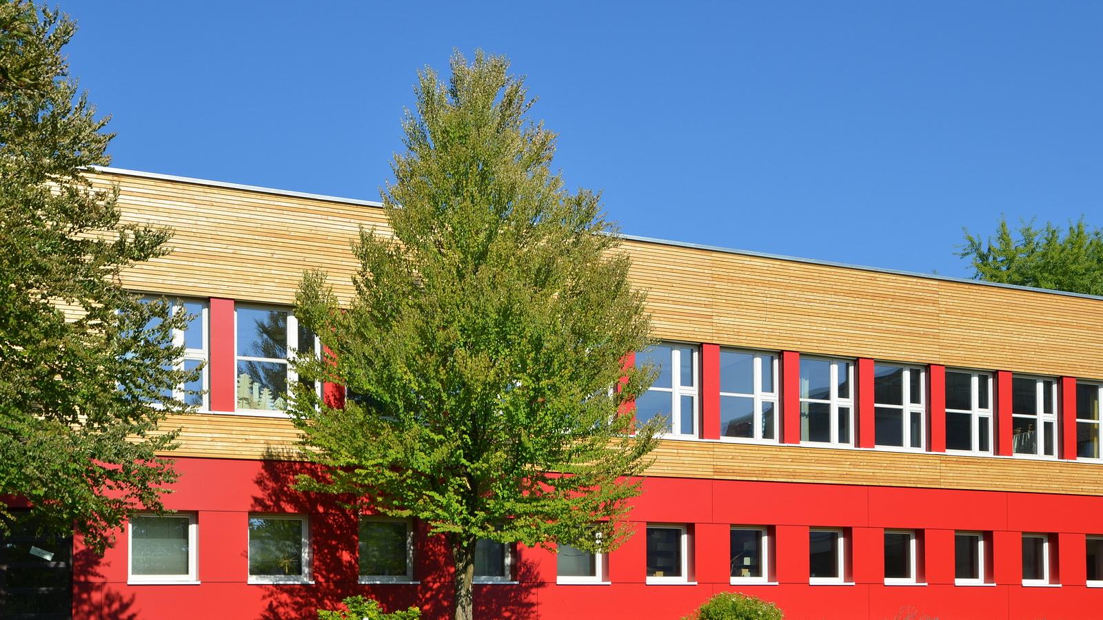 Ansicht Grundschule Grafrath nach der Sanierung