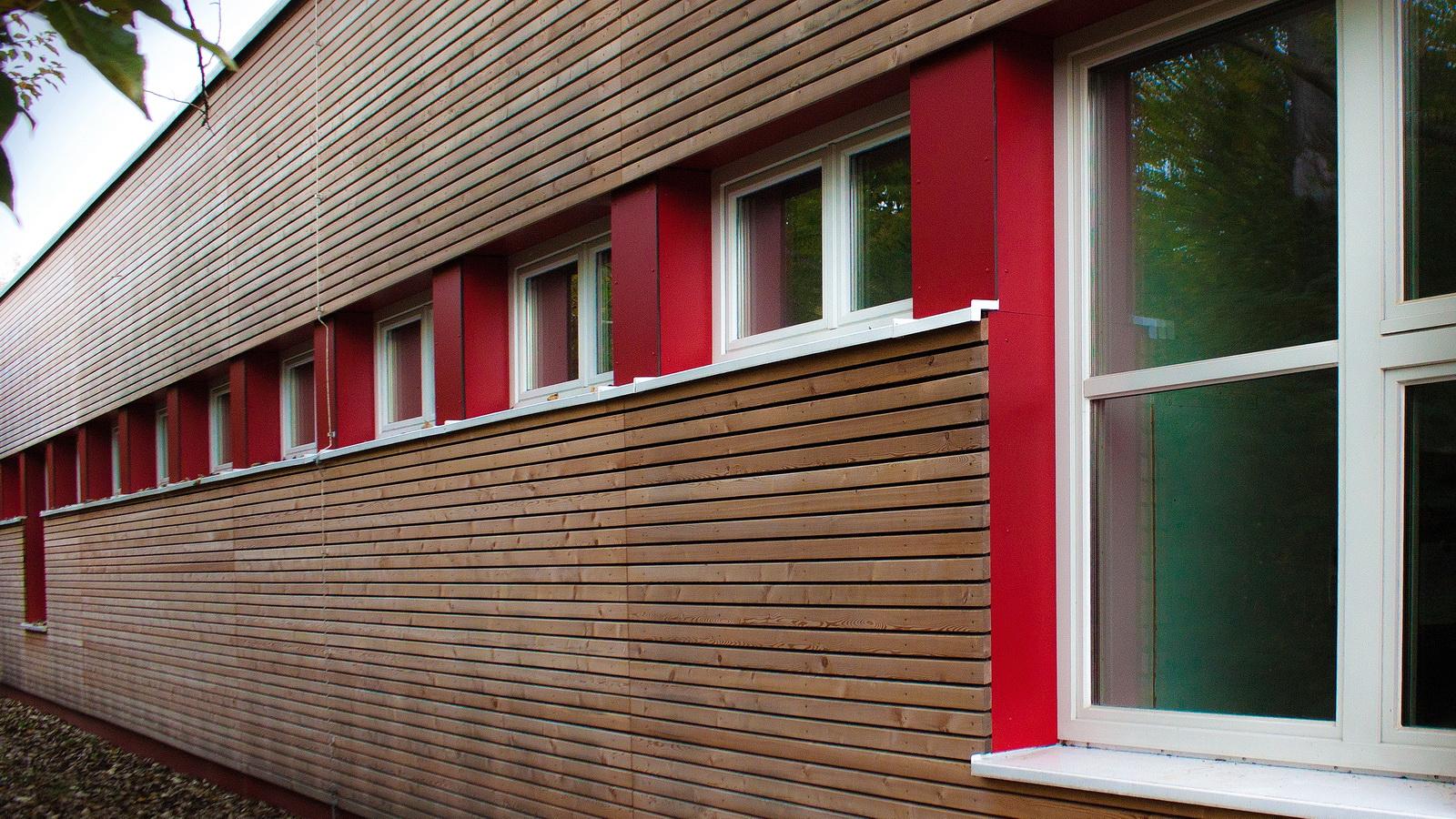 Holzfassade nach der Sanierung der Grundschule Grafrath