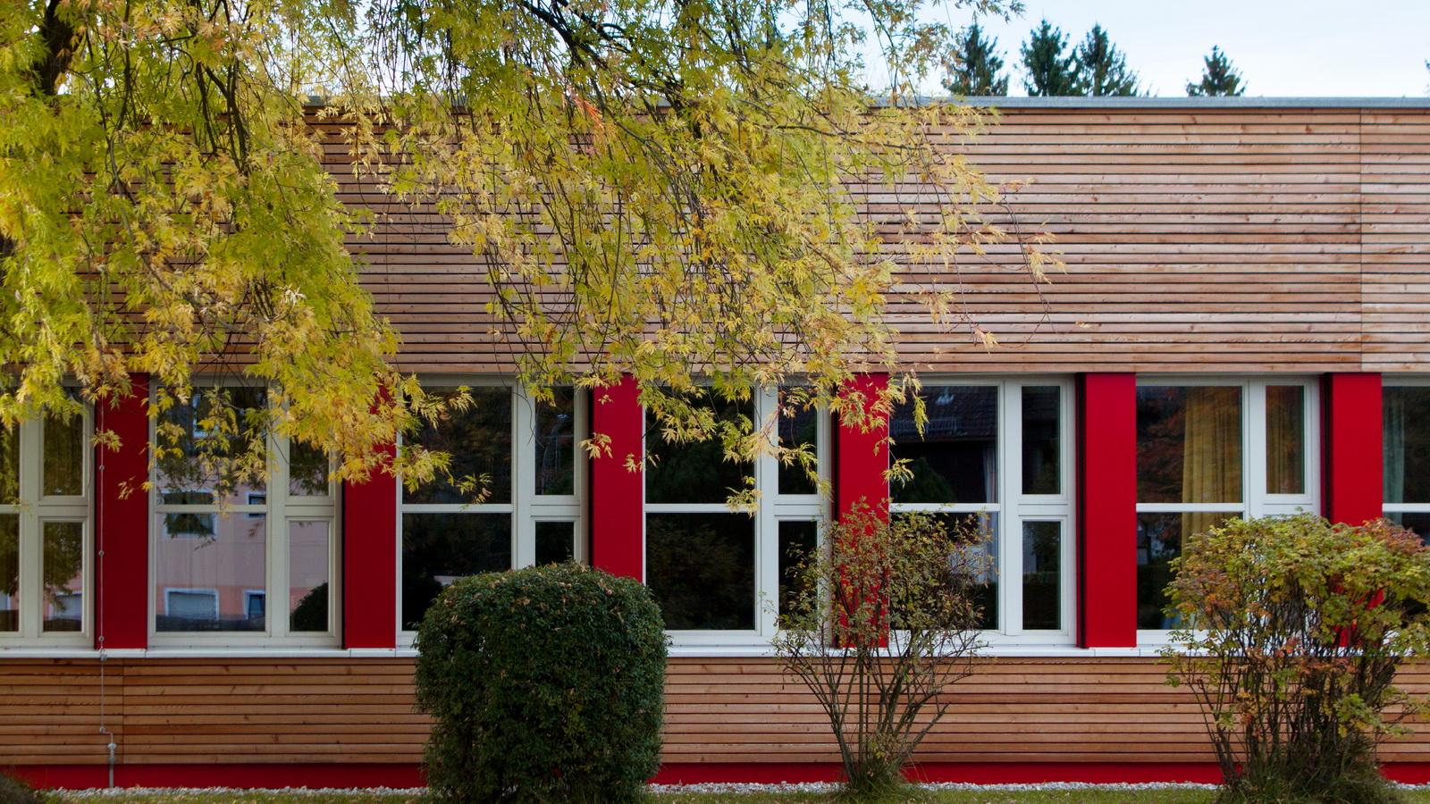 Ausschnitt der Vorhangfassade der Grundschule Grafrath