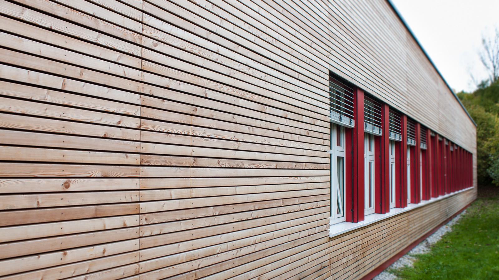 Holzfassade der Grundschule Grafrath