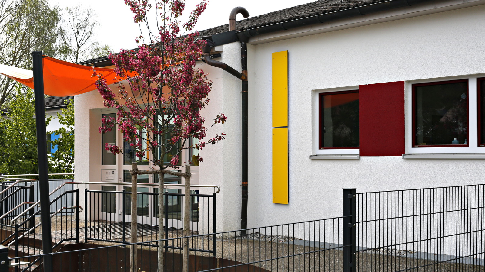 Eingangsbereich vom Kindergarten in FFB mit Sonnensegel
