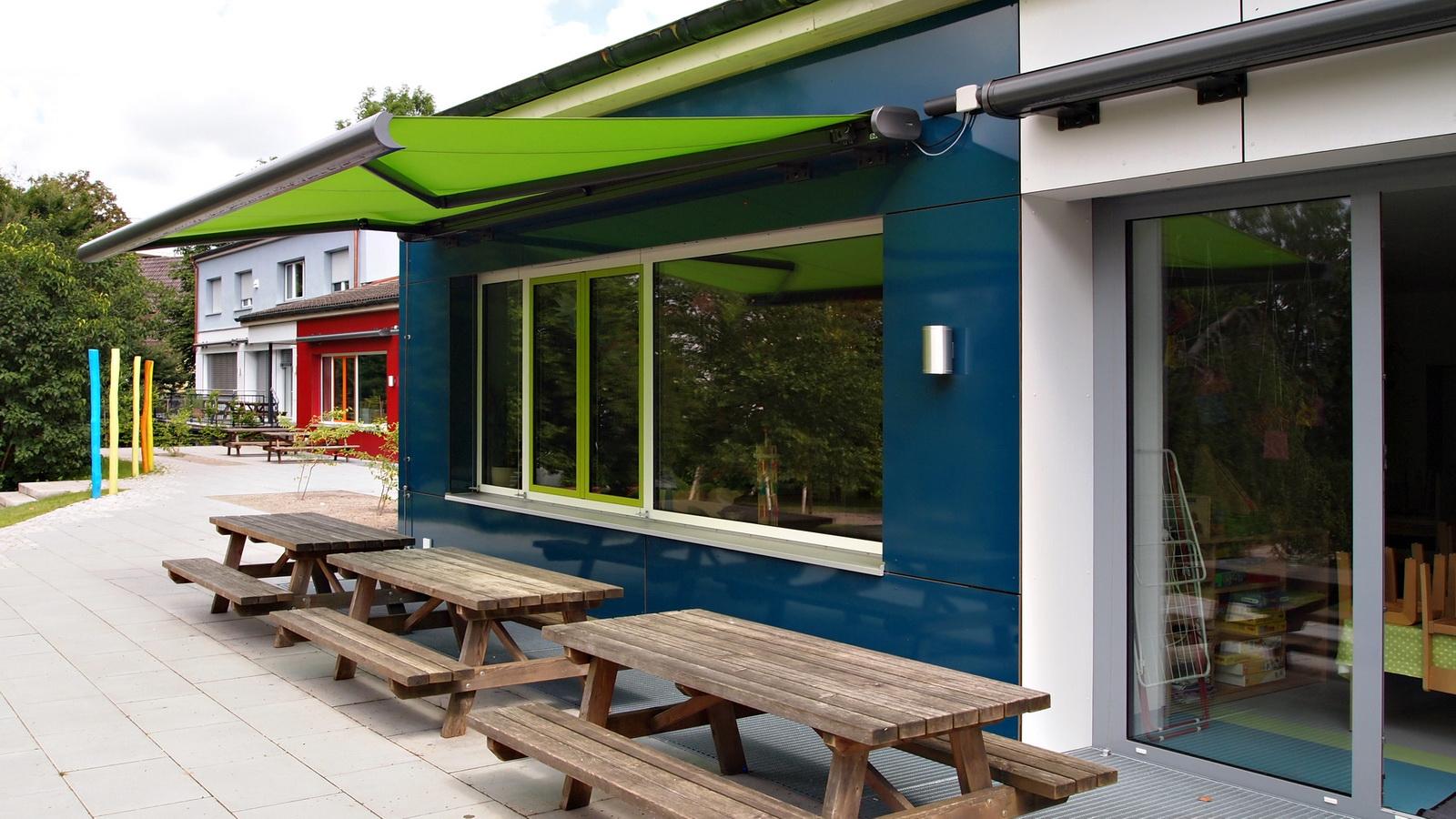 Terrasse vom Kindergarten in FFB mit gruenem Sonnensegel
