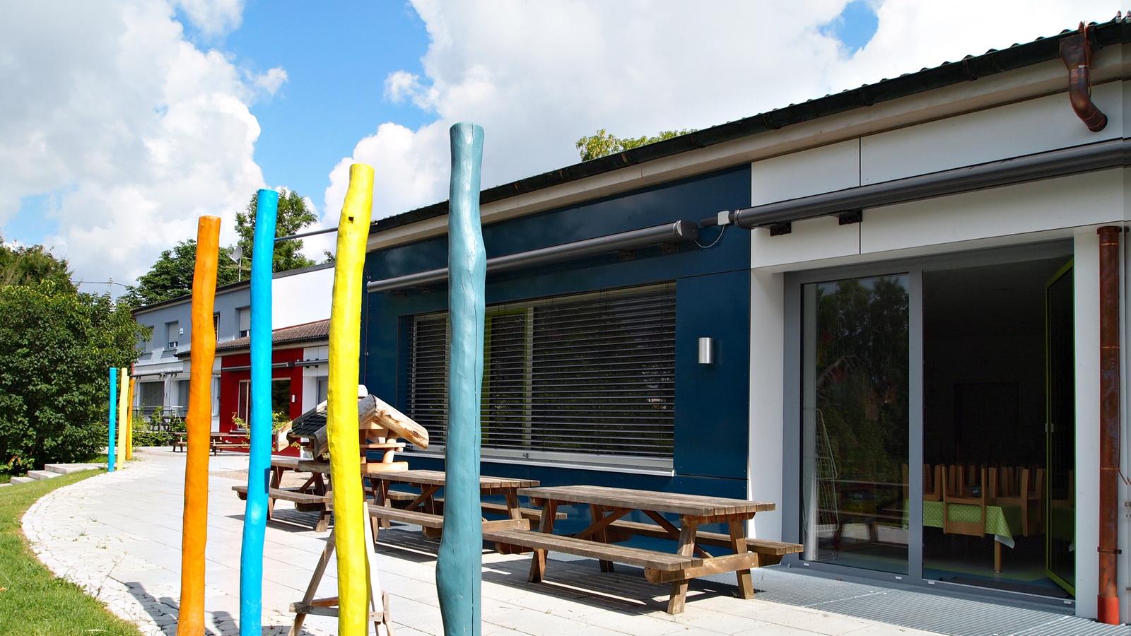Terrasse mit Holzstele in Kindergarten in FFB