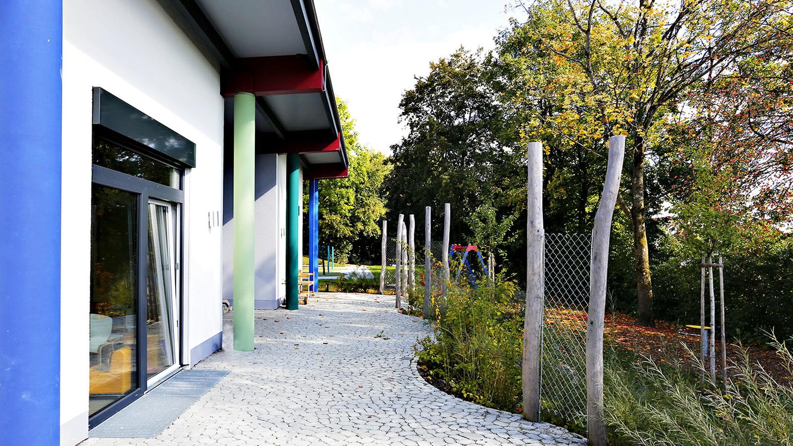 steinere Terrasse am Kindergarten Guenzlhofen