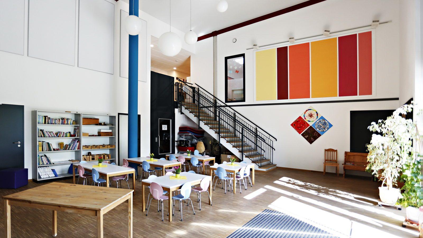zweigeschossige Eingangshalle vom Kindergarten Guenzlhofen