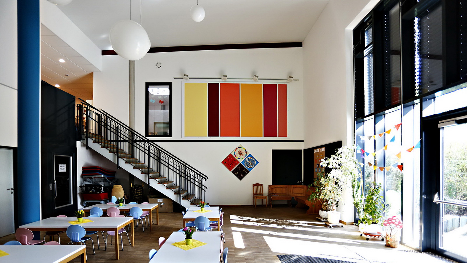 Aula im kindergarten Guenzhofen mit Stahltreppe