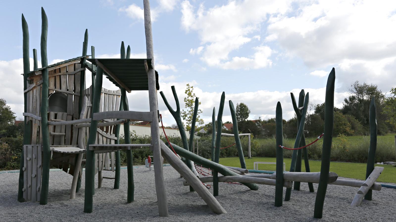 Spielplatz aus Holz in Kinderkrippe