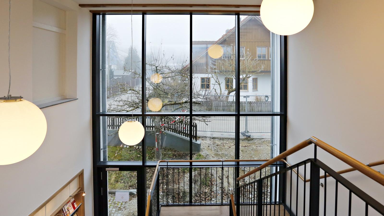 verglastes Treppenhaus im Anbau Rathaus Inning